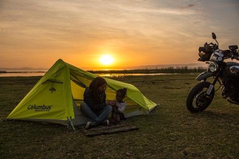 Etiopía, lago Awasa con camping, moto y niña