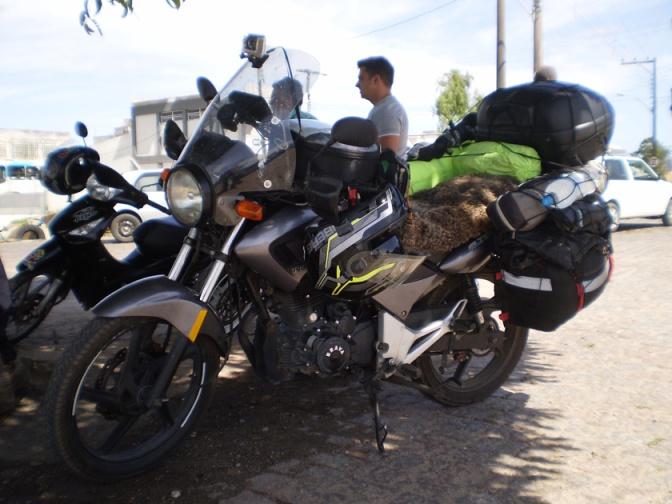 5 formas de ayudar económicamente a un motoviajero